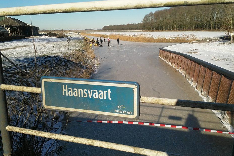 IJsbaan Haansvaart 2021: zicht vanaf de brug in de Hoofdweg richting Schildmeer