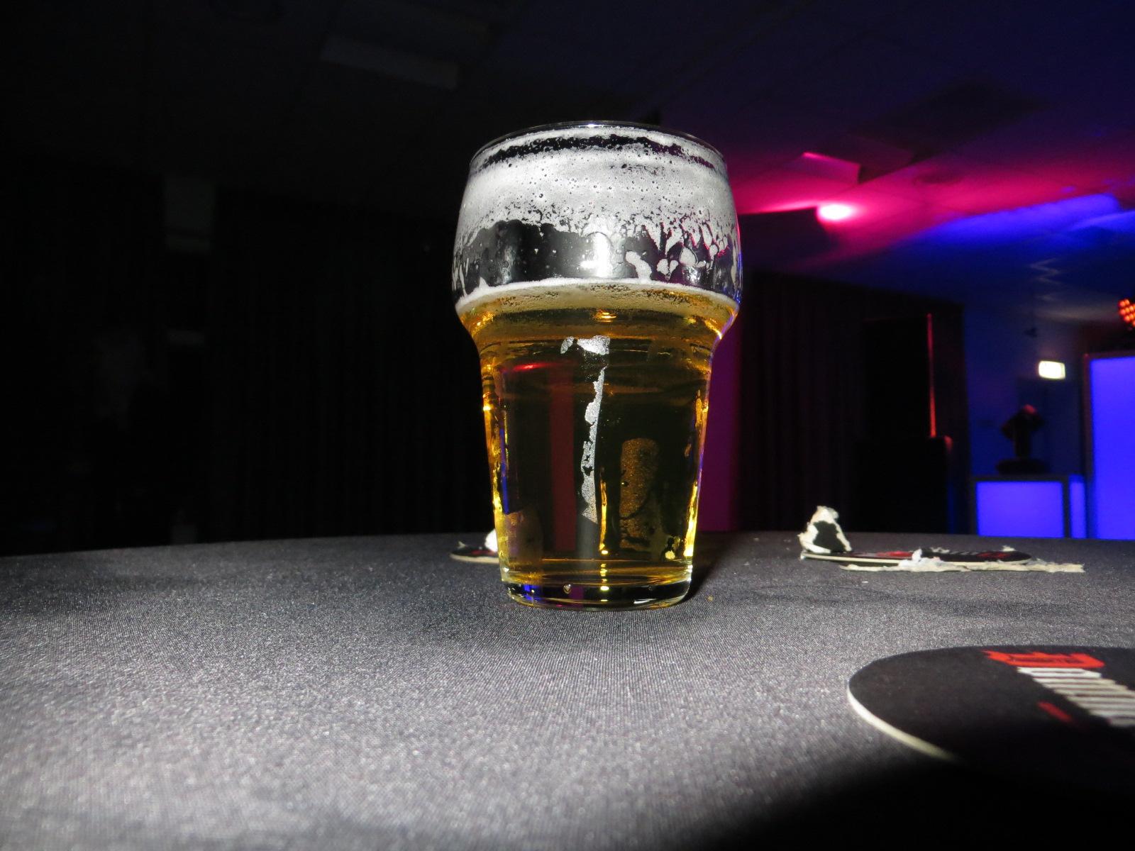 Biertje tijdens Old & Nij feest in Dorpshuis Tonegido
