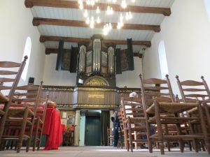Walfriduskerk: orgel en daar onder de ingang door de toren heen