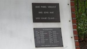 Naamplaten op oorlogsmonument aan de Kerkstraat
