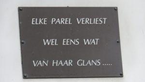 Spreuk op naamplaat op oorlogsmonument aan de Kerkstraat