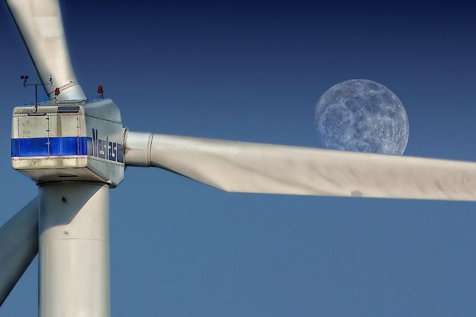 Willekeurige windmolen met de maan op de achtergrond