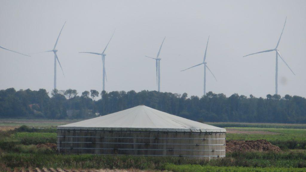Windmolens bij Meeden gezien vanaf de viaduct op de Veenweg in Hellum met op de voorgrond een mestsilo