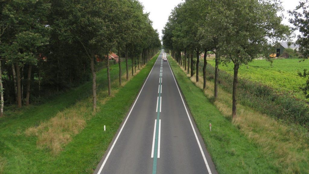 N387 gezien vanaf de viaduct op de Veenweg in de richting van Siddeburen