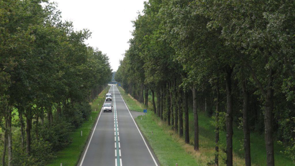 N387 gezien vanaf de viaduct op de Veenweg in de richting van Schildwolde